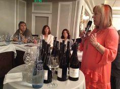 Elena Adell explica a los participantes del taller de copas las características de nuestro Colección Privada Blanco
