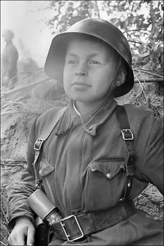 Extremely Young Soldier of World War II Hitler toward the end of the war was sending boys off to fight. World History, World War Ii, Fukushima, Interesting History, Military History, Historical Photos, Vintage Photos, Wwii, Sad Pictures