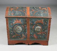 Liten rosemalt kiste med blå bunnfarge, Telemark 1802. L: 55 cm. H: 45 cm. Prisantydning: ( 8000 - 10000) Solgt for: 10000