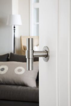 Stainless steel door handle on rose - Formani Holland B.V.