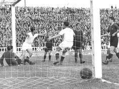 Victoria del Valencia 2 a 4 en partido de Copa en el campo de Les Corts. Primer triunfo ché.