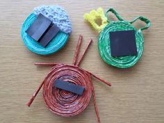 Hűtőmágnes hátulról. Papírfonással saját munka - paper weaving, my own work