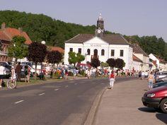 Hucqueliers par un jour de course cycliste en 2008.
