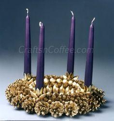 Isto faria uma bela coroa do Advento.  Mude para fora as velas para outras estações também.  Vermelho para o Natal?  Laranja de Ação de Graças?  CraftsnCoffee.com.