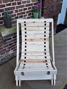 50 Awesome Wood Pallet Ideas for This Summer Wooden Pallet Table, Pallet Chair, Pallet Walls, Pallet Patio, Pallet Furniture, Furniture Making, Furniture Ideas, Recycled Pallets, Wood Pallets