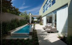 Whether your yard is the size of a postage stamp, excessively narrow, or you have many other needs for your outdoor space, a pool is still an option to beat the summer heat. Just think of leaning out the pool: plan for long and lean. Langer Pool, Outdoor Spaces, Outdoor Living, Moderne Pools, Pool Images, Natural Swimming Pools, Natural Pools, Small Pools, Built In Bench