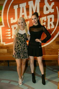 Dove Cameron y Sofia Carson in the Jam and Roller Sophia Carson, David Carson, Dove And Thomas, Cameron Boys, Estilo Geek, Les Descendants, Dove Cameron Style, Mal And Evie, Disney Actresses
