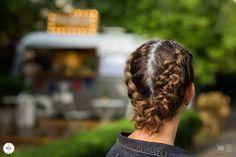 Dwa luźne bokserskie warkocze połączone delikatnym podpięciem na końcach to fryzura na co dzień.  Używając kilku dodatków jak brokat w ulubionym kolorze czy cekiny, nadasz fryzurze festiwalowego charakteru.