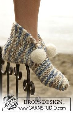 Knitted slippers with pompons in Eskimo Free knitting pattern by DROPS Design. Knitting Patterns Free, Free Knitting, Baby Knitting, Crochet Patterns, Free Pattern, Knitted Slippers, Crochet Slippers, Knit Crochet, Drops Design