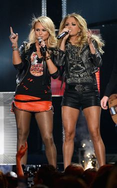 Carrie Underwood Photos - Recording artists Miranda Lambert (L) and Carrie Underwood perform onstage during the 2014 Billboard Music Awards at the MGM Grand Garden Arena on May 2014 in Las Vegas, Nevada. - 2014 Billboard Music Awards - Show Country Female Singers, Country Music Singers, Country Artists, Look Rock, Billboard Music Awards, Country Playlist, Miranda Lambert Photos, Carrie Underwood Photos, Carrie Underwood Legs