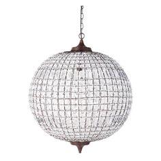 La lámpara de techo Finon es una lámpara de bola con perlas de acrílico sobre una estructura de metal con acabado de óxido.