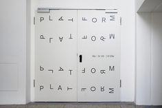 「Suisse International」(デザイン:Ian Party、Swiss Typefaces社、2011年)  書体ファミリー「Suisse」は、「Suisse Works」(ローマン体)、「Suisse International」(サンセリフ)、「Suisse Neue」(ライトウエイトのセリフ)、および「Suisse Sign」で構成される。「PLATFORM」とは、ミュンヘン南部の工場跡地にある建物のフロア2千平方メートルを使ったあるプロジェクトの名前。カルチャーイベント用にスペースを提供し、文化とビジネスの交流を図る(http://www.mirkoborsche.com)
