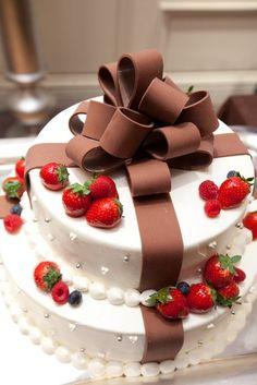 ラ・バンク・ド ロア(la banque du LoA) 結婚式場写真「ロアらしい、ブラウンのリボンのウェディングケーキ。」 【みんなのウェディング】