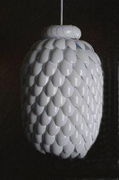 Util, sencilla y hermosa lampara con cucharas de plastico