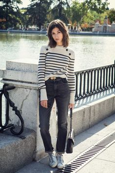 Personal fashion outlet about street style, runway, couture and more. Style Casual, Casual Outfits, Fashion Outfits, Fashion Trends, Net Fashion, Jeans Boyfriend, Mom Jeans, Style Parisienne, Style Minimaliste