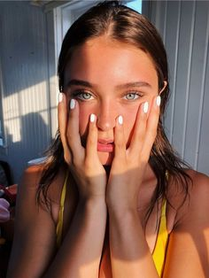 Different ways to take a selfie to look spectacular - pretty girls - Pretty Eyes, Beautiful Eyes, Stunning Girls, Gorgeous Girl, Pretty People, Beautiful People, Make Up Glow, Beauty Makeup, Hair Beauty