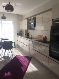 Derya hanımın modern çizgide, sade ve göz alıcı evi. Kitchen Splashback Tiles, Kitchen Fixtures, Kitchen Cabinets, Küchen Design, Home Design, Interior Design, Kitchen Storage, Kitchen Decor, Kitchen Modern