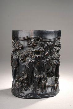 Objet de lettré Porte pinceaux Bitong ciselé d'une assemblée de lettrés dans un bosquet. Bois. Chine. Dynastie Qing. 19 ème siècle. Ht 17x diam 14cm.