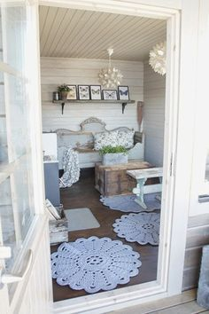 White wooden house Home: Summer room! Shabby Cottage, Cottage Living, Cottage Homes, Tiny Living, Shabby Chic, Scandinavian Cottage, Headboard Benches, Interior Decorating, Interior Design