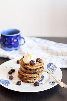 Blueberry pancakes with peanut butter, roasted coconut and maple syrup. Amerikanska blåbärspannkakor med jordnötssmör och kokos.   Det blir bara pannkaka.