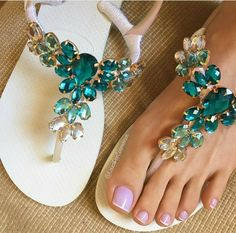 Flip Flops In Bulk For Wedding Guests Flip Flops Diy, Flip Flop Craft, Flip Flop Shoes, Decorating Flip Flops, Shoe Refashion, Bling Shoes, Decorated Shoes, Crochet Shoes, Bijoux Diy