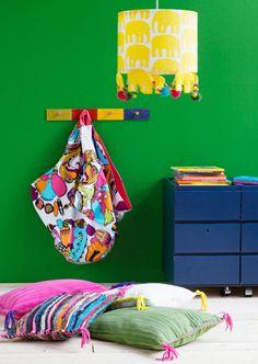 Legojen säilytyspussi (avattuna toimii legomattona), lattiatyynyt ja lampunvarjostin SK 2/13