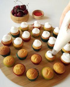 Kirazlı Mini Cupcake Tarifi için Malzemeler Kek için;   2 yumurta  1 çay bardağı şeker  1 çay bardağı süt  Yarım çay bardağı sıvı yağ  1 paket vanilya  1 paket kabartma