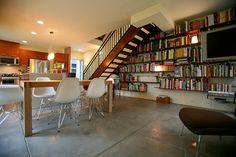 壁一面に取り付けた本棚の中に、薄型テレビを配しています。テレビも本も、壁の一部のようです。