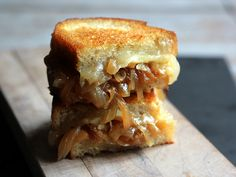 I love toasted cheese sandwiches. I adore french onion soup. So why not combine both with a french onion soup grilled cheese sandwich. French Onion Soup Grilled Cheese, Grilled Cheese Recipes, Grilled Cheeses, Gormet Grilled Cheese, Grilled Tofu, Soup And Sandwich, Sandwich Recipes, Sandwich Ideas, Think Food