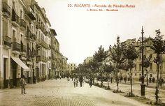 Fotografía de L. Roisin en la década de los años 20. Ya se ha desmontado el andén central de la Rambla. A la derecha aún puede verse el Convento de las Madres Capuchinas, sobre cuyo solar se levantó el Banco de España