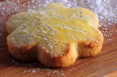 Pour plein de sablés (selon la taille): 125 g de beurre (sorti du frigo une heure avant) 125 g de sucre en poudre 2 oeufs (+ un jaune) 250 g de poudre d'amandes 1 zeste de citron (très fin) 225 g de farine Fleur d'oranger selon le goût Travailler le beurre en pommade. Ajouter le sucre, les oeufs et le zeste de citron. Incorporer les amandes petit à petit puis la farine et la fleur d'oranger. Pétrir et former une boule. Réserver au frais pendant 1 heure environ. Préchauffer le four à ...