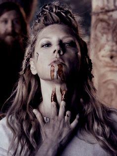 Lagertha And Ragnar Ragnar Lothbrok, Lagertha Vikings, Lagertha Hair, Lagertha Costume, Vikings Show, Vikings Tv Series, Bracelet Viking, Viking Jewelry, Viking Warrior