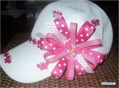 gorras decoradas con cinta - Buscar con Google Diy Hat, Diy Hair Bows, Cute Hats, Craft Night, How To Make Bows, Clothes For Sale, Headbands, Baseball Hats, Crochet Hats
