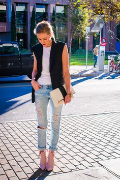 unique work look with black sleeveless blazer and distressed skinny jeans and white muscle tee, very chic and updated look of a blazer Sleeveless Blazer Outfit, Black Vest Outfit, Sleeveless Jacket, Blazer Outfits, Blazer Vest, Chaleco Casual, Pretty Outfits, Cute Outfits, Looks Black
