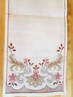 Retro Floral, New Shop, Linen Fabric, Table Runners, Vintage Shops, Wool Rug, Cross Stitch, Basket, Embroidery
