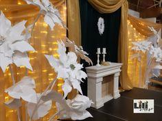 A 2  méter magas óriási mikulás virágok, a színpadon is jól mutatnak, nem csak bejárati dekorációként. Az eredetiektől eltérően most hófehérben készültek, mégis ünnepi hangulatot varázsoltak a kandallóval és a fényekkel karöltve.