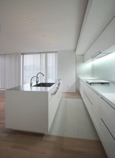 吹抜から光の注ぐSOHO住宅のキッチン3
