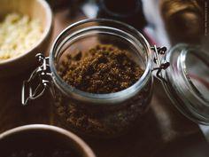 Glasburkar är även perfekta att förvara olika skafferivaror i, till exempel socker och mjöl. Här i KORKEN burk med lock.