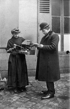 Diseuse de bonne aventure. Paris, 1908.