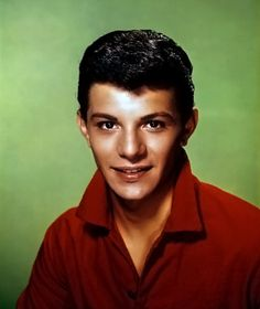 FRANKIE AVALON est un acteur et chanteur américain, né le 18 septembre 1940 à Philadelphie, Pennsylvanie. Filmographie principale : -1960 Alamo (The Alamo) de John Wayne. -1961 : Le Sous-marin de l'apocalypse (Voyage to the Bottom of the Sea) de Irwin Allen. -1978 Grease de Randal Kleiser.