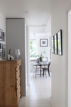Homevialaura | hallway | entry | dining space | Eames DSR | TON Chair 14 | antique dresser | gallerywall Cosy Kitchen, Kitchen Dining, Dining Room, Eames, Living Room Playroom, Dresser, Black And White Interior, Entry Hallway, Interior Inspiration