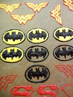 Make custom cake and cupcake toppers from candy melts Superhero Cupcake Toppers, Diy Cupcake, Superhero Cake, Cupcake Cookies, Batman Cupcake Cake, Superman Cupcakes, Cupcake Ideas, Superhero Logos, Batman Birthday