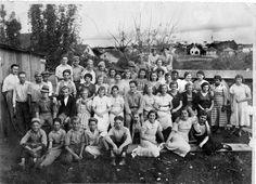 As pequenas indústrias comemoravam o 1Vº de Maio em confraternizações entre patrões e empregados, como é o caso da foto do pessoal da Fábrica de Vassouras Marcchioro, no bairro da Água Verde – anos 40.