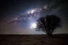 【スター 星星 Starhttps】アタカマ砂漠/チリ  南米チリのアンデス山脈と太平洋の間に位置するアタカマ砂漠は、古くはたどり着くまでの道が「死の道」と言われたほど人里離れており、標高が高く空気が澄んでいるので星空観察には最適の環境。砂漠に設置された天文台には超大型望遠鏡を設置。Atacama desert, Chile. - Nicholas Buer/© Nicholas Buer/Corbis/Corbis