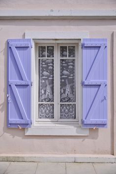 The dressing Leeloo - lilac shutters Old Cottage, Cottage Style, Casement Windows, Windows And Doors, Le Dressing De Leeloo, Night Window, Cottage Windows, Blue Shutters, Purple Owl
