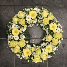 Lemon and white wreath funeral flowers tribute with roses and gerbera Funeral Flower Arrangements, Funeral Flowers, White Wreath, Floral Wreath, Funeral Tributes, Alternative Bouquet, Sympathy Flowers, Diy Projects For Beginners, Arte Floral