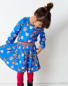 Een jurk vol met poezenvriendjes! Trek deze super leuke jurk in kobalt blauwe poesjes print met lange mouw aan en je dochter is helemaal klaar voor een feestje! De tailleband is van een waanzinnig mooie multicolor band. De halslijn is opgesierd met een mimpi munt. De jurk is een blikvanger en is perfect om te dragen naar een feestje of naar een speciale gelegenheid; of voor haar verjaardag!
