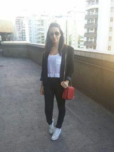 Nanda Pezzi - look P&B com ponyo de luz vermelho e All Star / blazer - top - calça preta e bolsa vermelha - look básico