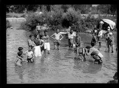 Minutero retratando a los bañistas en el río Manzanares, Madrid, 1933, por Luis Ramón Marín.