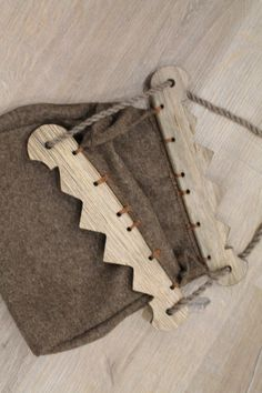 Viking bag with wooden handle. This bag is based on archaeological finds from Birka, from the viking era. It is made from 100% thick wool. Hand stitched. Measurements:30 x 26 x 10 cm (11.9x10,2x4 inches)